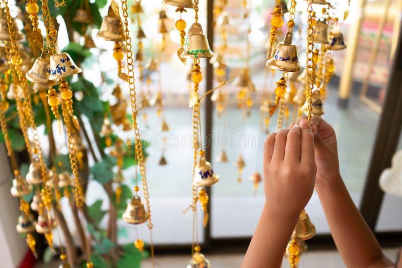 As mãos das meninas estão apoiando o ouro imagem de stock