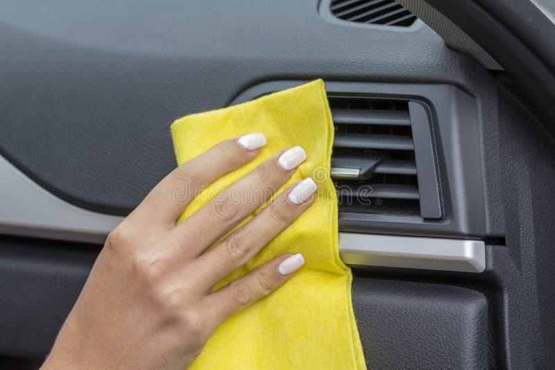 As mãos das meninas que friccionam seu carro foto de stock royalty free