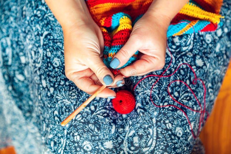 As mãos das mulheres fazem crochê Feito a mão, ofícios foto de stock