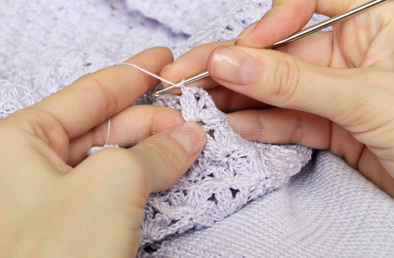 As mãos e crocheting das mulheres fotos de stock