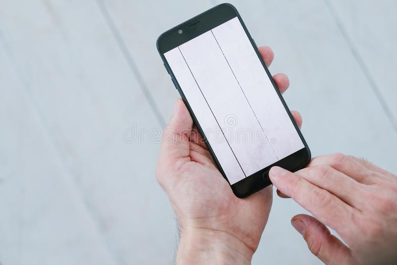 As mãos de madeira brancas do fundo da foto do Blogger telefonam imagens de stock royalty free