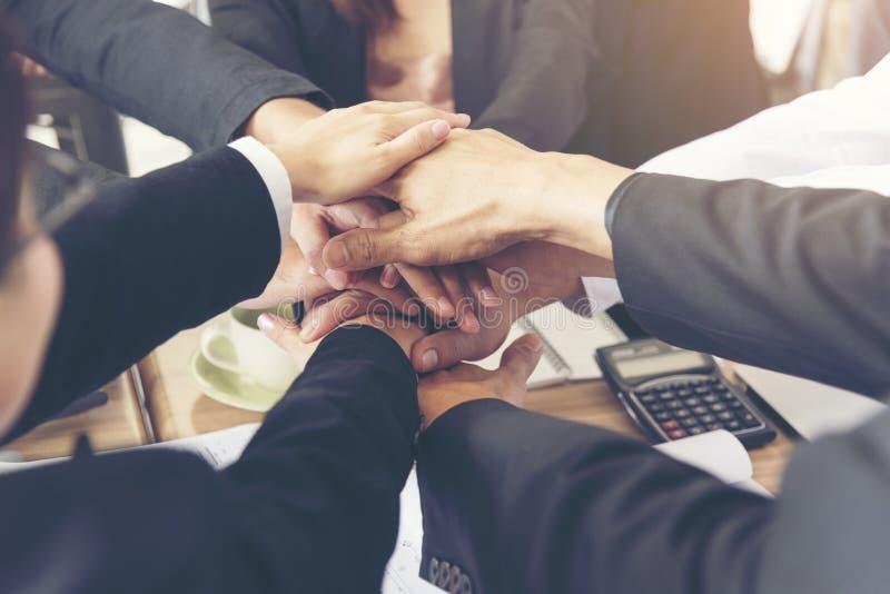 As mãos de trabalho do homem de negócios e do coordenador dos executivos juntaram-se às mãos junto na reunião do escritório Conce fotografia de stock