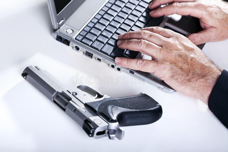 Criminoso de computador na ação fotos de stock