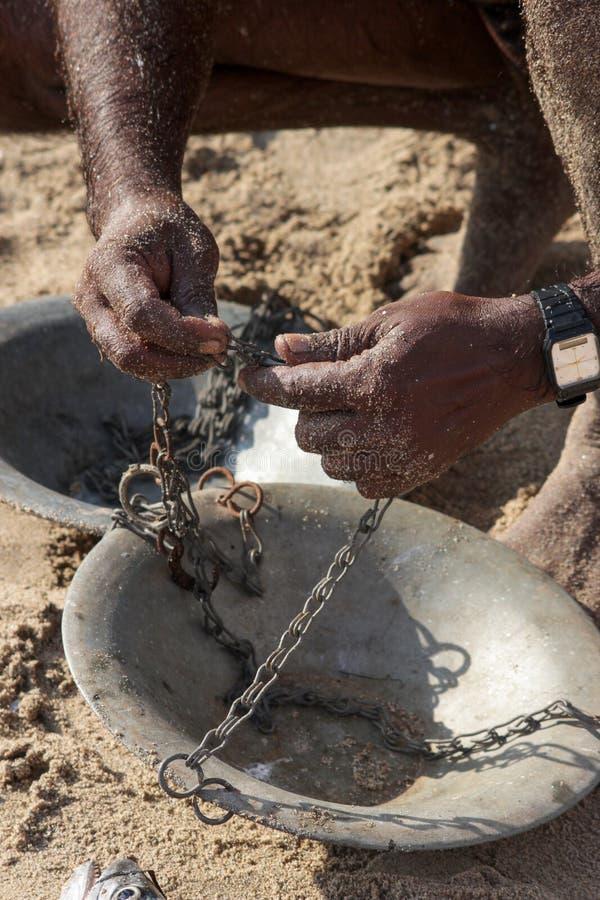 As mãos de um pescador imagem de stock