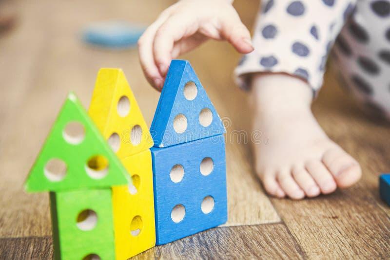 As mãos de uma menina da criança que joga brinquedos Desenvolvimento de habilidades de motor finas imagem de stock royalty free