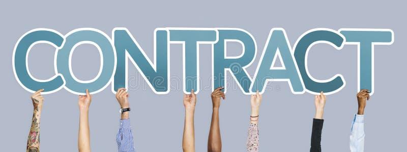 As mãos diversas que sustentam as letras azuis que formam a palavra contratam imagem de stock royalty free