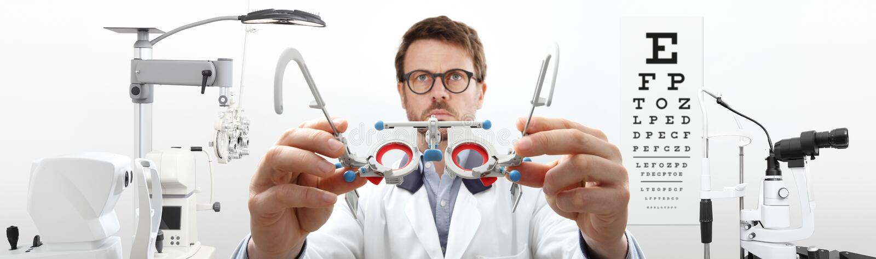 As mãos do ótico com quadro experimental, doutor do optometrista examinam o olho fotografia de stock