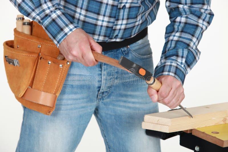 As mãos do carpinteiro foto de stock