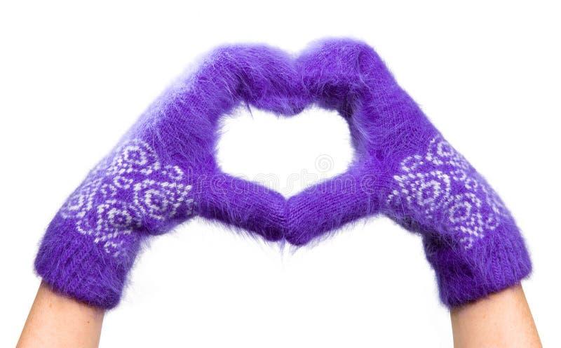 As mãos do cartão do Valentim em mittens macios são combin imagens de stock royalty free