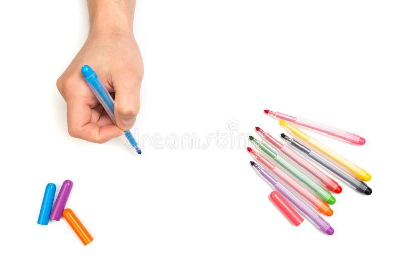 As mãos do homem que escrevem com o marcador no fundo branco isolado com lugar do texto foto de stock