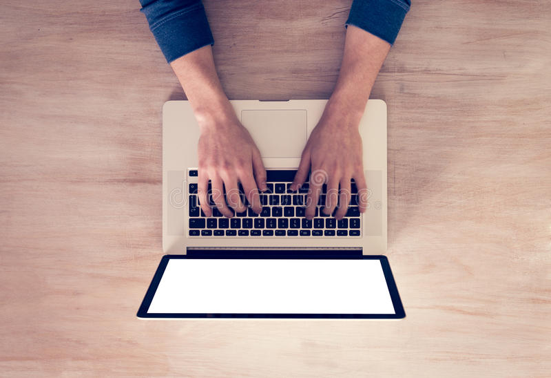 As mãos do homem usando o portátil imagens de stock