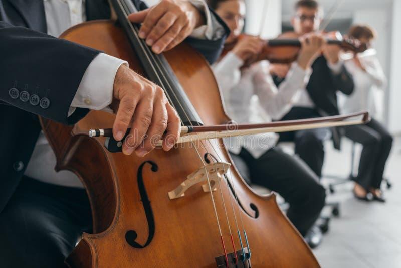 As mãos do jogador do violoncelo fecham-se acima imagens de stock royalty free