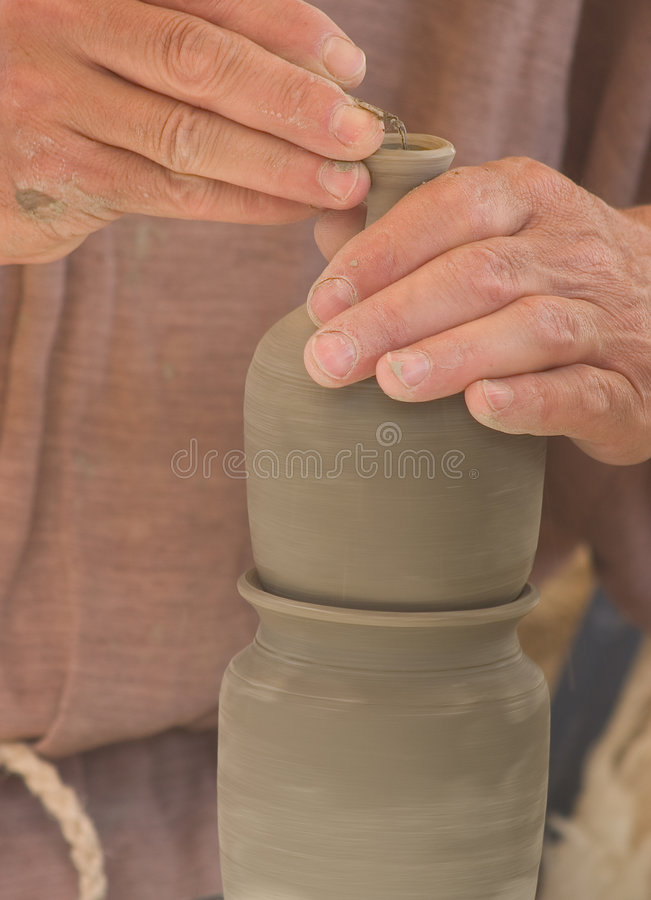As mãos do oleiro no trabalho imagem de stock royalty free