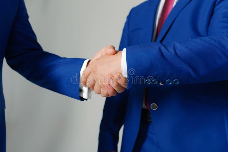 As mãos dos homens de negócios em ternos formais cumprimentam-se Líderes da empresa imagem de stock royalty free