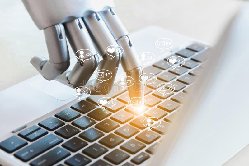 As mãos e os dedos do robô apontam a mensagem, gostos, seguidores e o comentário em linha do negócio dos meios sociais fotografia de stock royalty free
