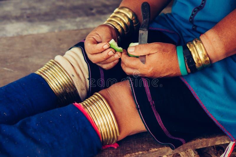 As mãos e os pés da mulher no pescoço longo dos braceletes tribal Vila tribal Tailândia foto de stock royalty free