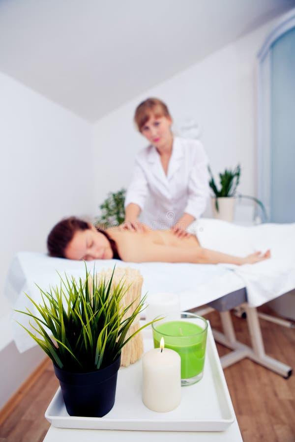 As mãos elegantes fazem uma massagem de relaxamento na moça do salão de beleza dos termas fotos de stock