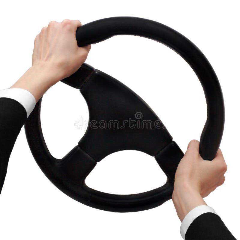 As mãos em uma roda de direcção giram para a direita fotografia de stock