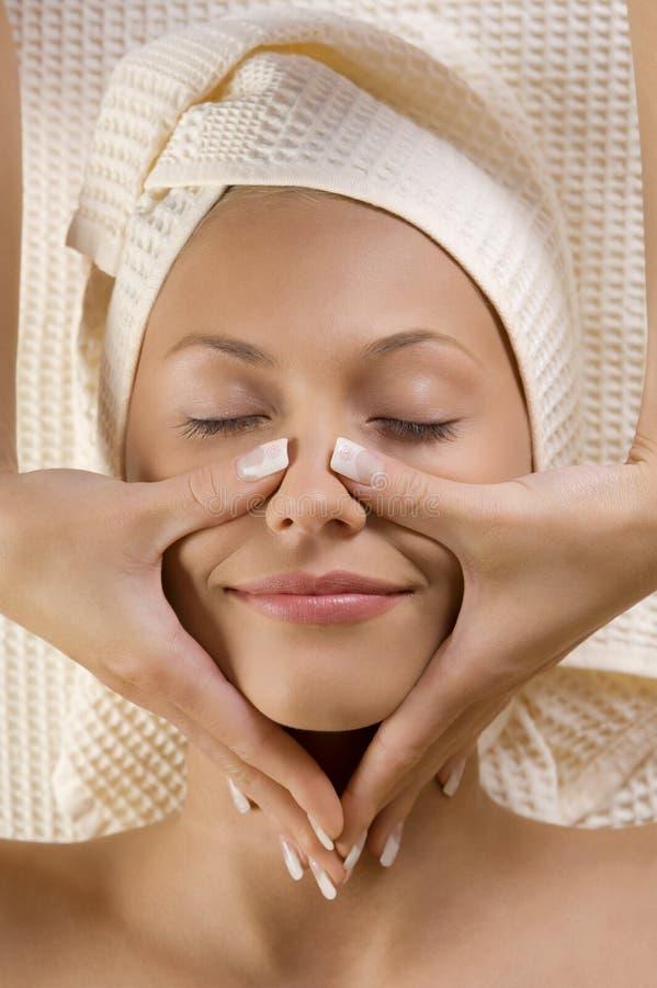 As mãos fazem massagens na face imagens de stock