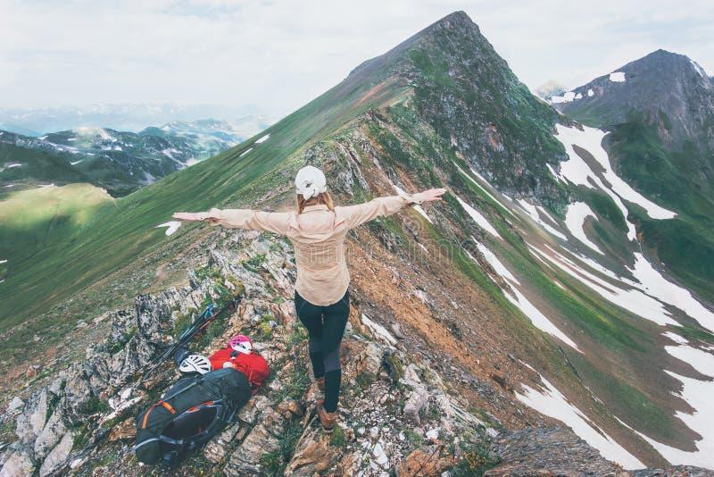 As mãos felizes da mulher do caminhante levantadas no estilo de vida do curso da cimeira da montanha aventuram-se a exploração ex fotos de stock