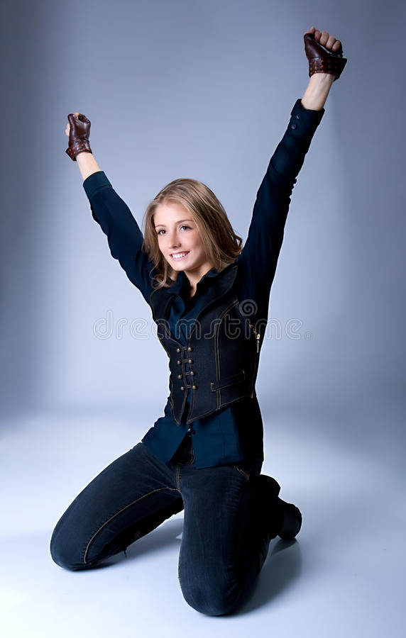 As mãos felizes da mulher nova levantam e sorriem imagem de stock royalty free