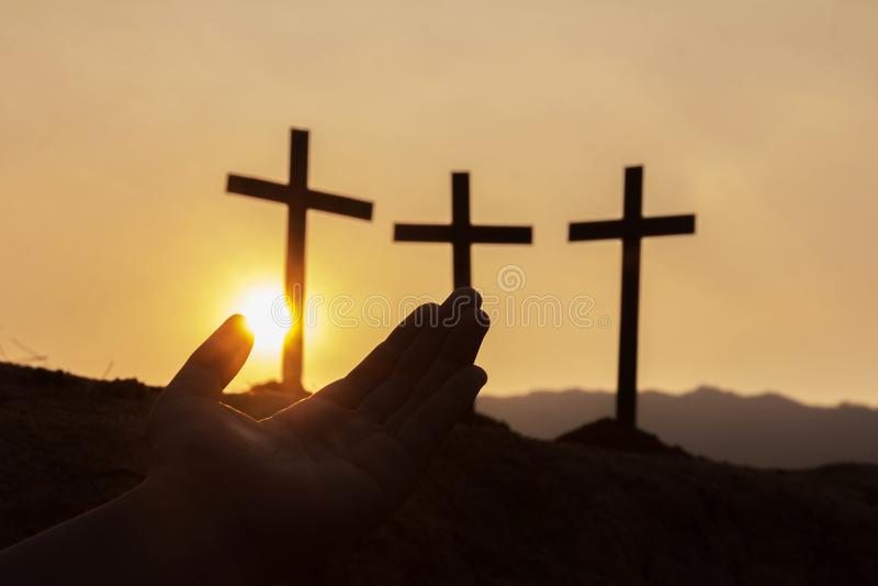 As mãos humanas abrem a adoração ascendente da palma , Conceito para o cristão, fotografia de stock royalty free
