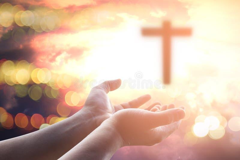 As mãos humanas abrem a adoração ascendente da palma A terapia do Eucaristia abençoa o deus que ajuda a Páscoa católica arrependi foto de stock