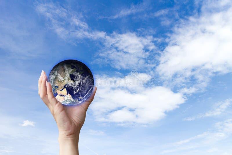 As mãos humanas do conceito da ecologia que guardam o ambiente da terra ou de mundo do amor, imagem da terra forneceram pela NASA imagens de stock royalty free