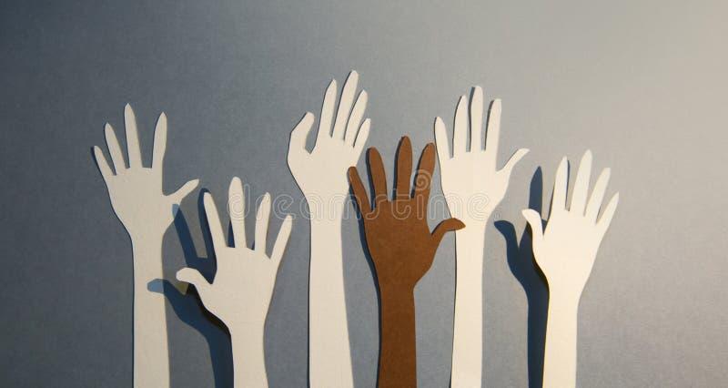 As mãos humanas levantaram-se celebrando juntos, trabalho em equipe e apoio Papel de fundo imagens de stock