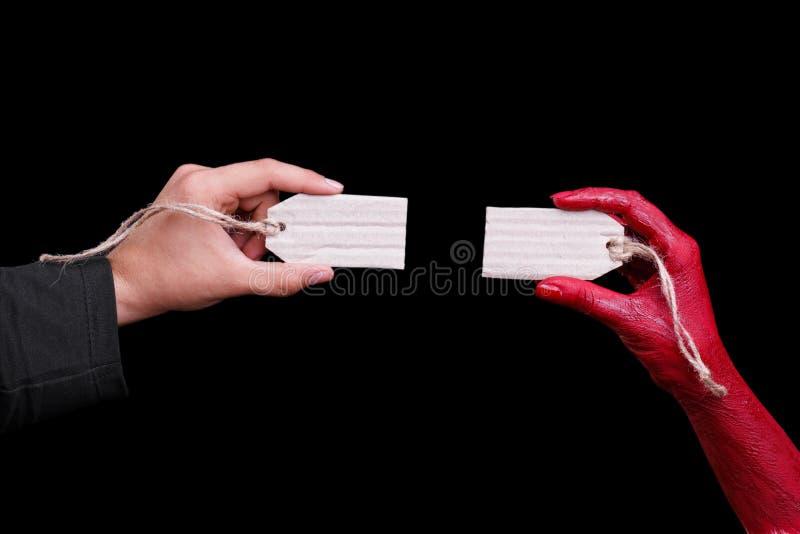 As mãos humanas pintadas no vermelho estão levantando em um fundo preto Conceito de Halloween foto de stock