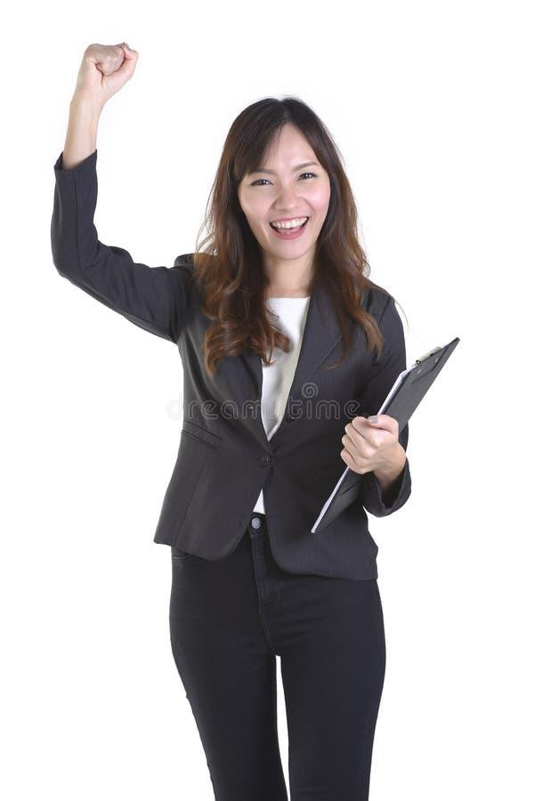 As mãos levantadas bem sucedidas da mulher de negócio do retrato e comemoram o objetivo da realização isolado sobre um fundo bran imagem de stock royalty free