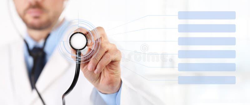 As mãos medicam com uns cuidados médicos do tela táctil do estetoscópio fotos de stock royalty free
