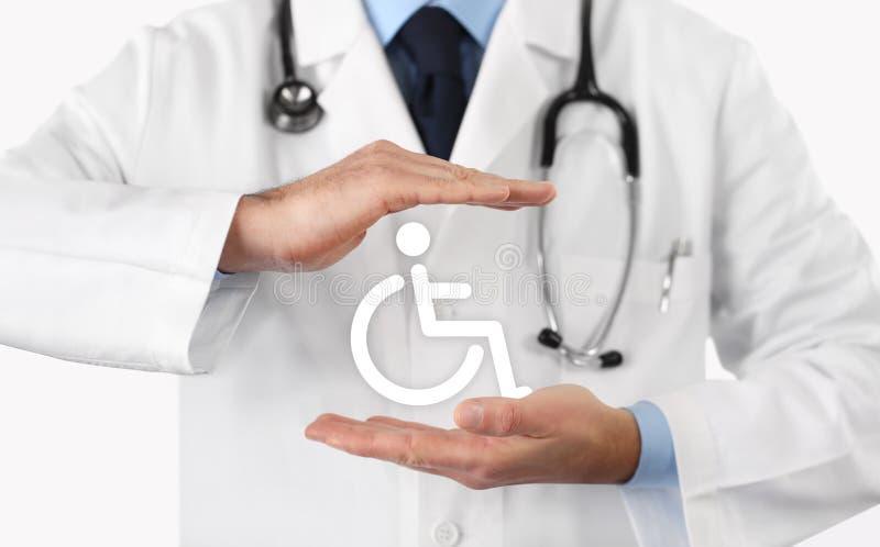As mãos medicam protegem o símbolo da cadeira de rodas ilustração royalty free