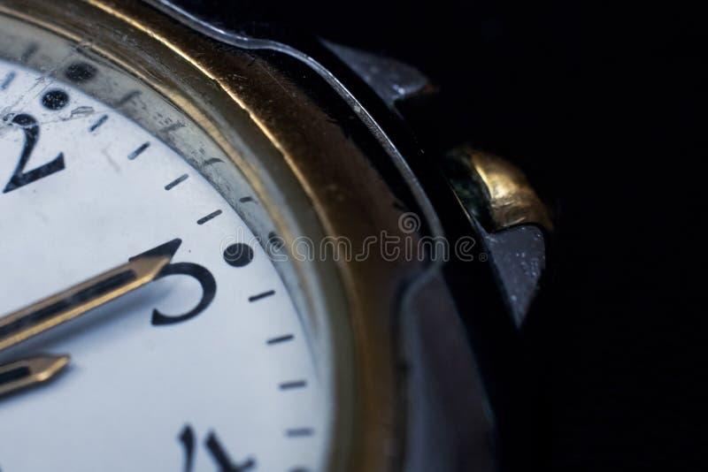 As mãos no pulso de disparo em três horas no fim da tarde acima imagem de stock