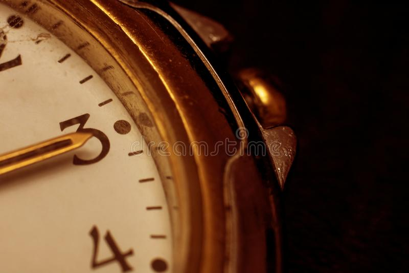 As mãos no pulso de disparo em três horas no fim da tarde acima imagens de stock royalty free