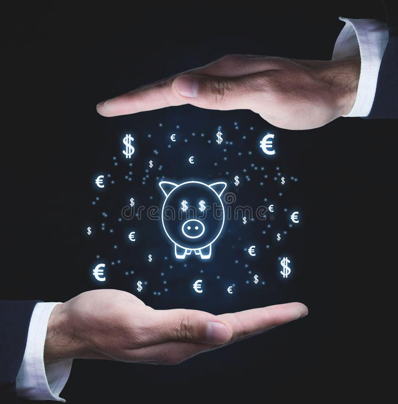 As mãos protegem o mealheiro com símbolos de moeda Conce do investimento fotografia de stock royalty free