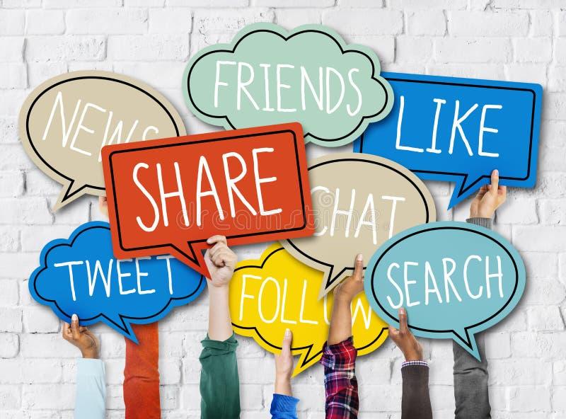 As mãos que guardam o discurso colorido borbulham conceito social dos meios imagens de stock
