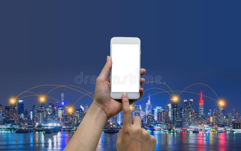 As mãos que tocam no smartphone com Internet conectaram linhas e fundo global do mapa, redes sociais e ilustração do conceito da  fotografia de stock