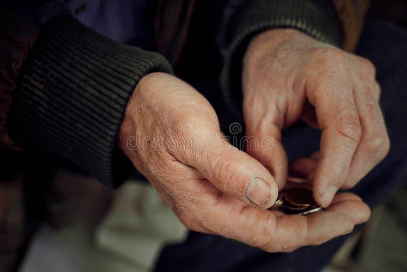 As mãos velhas contam moedas de um centavo fotos de stock royalty free