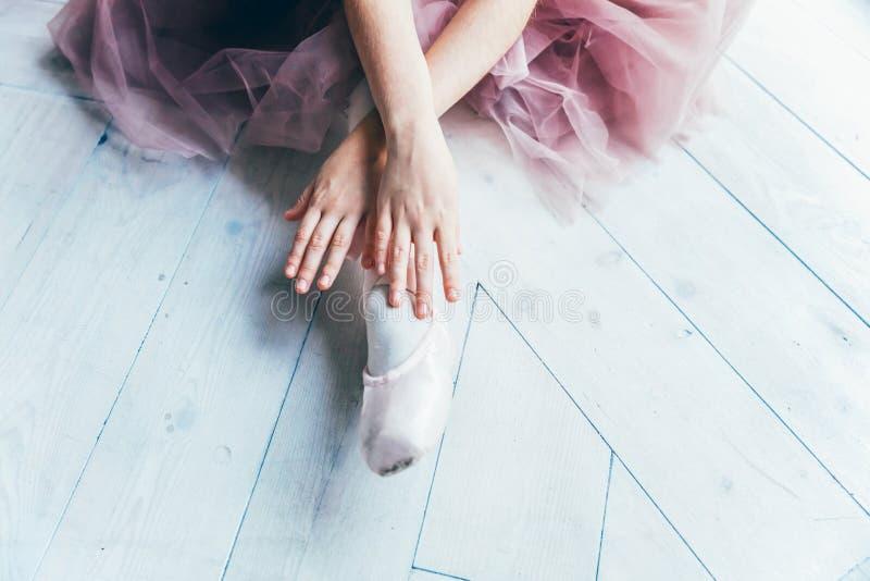 As m?os da bailarina p?em sapatas do pointe sobre o p? na classe de dan?a fotos de stock royalty free