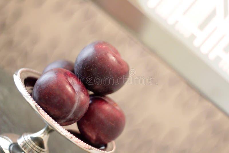 As maçãs na bacia serviram no café da manhã foto de stock
