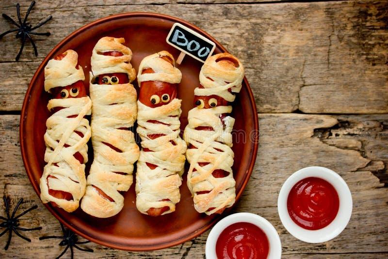 As mamãs da salsicha na celebração assustador do alimento do Dia das Bruxas da massa party imagem de stock