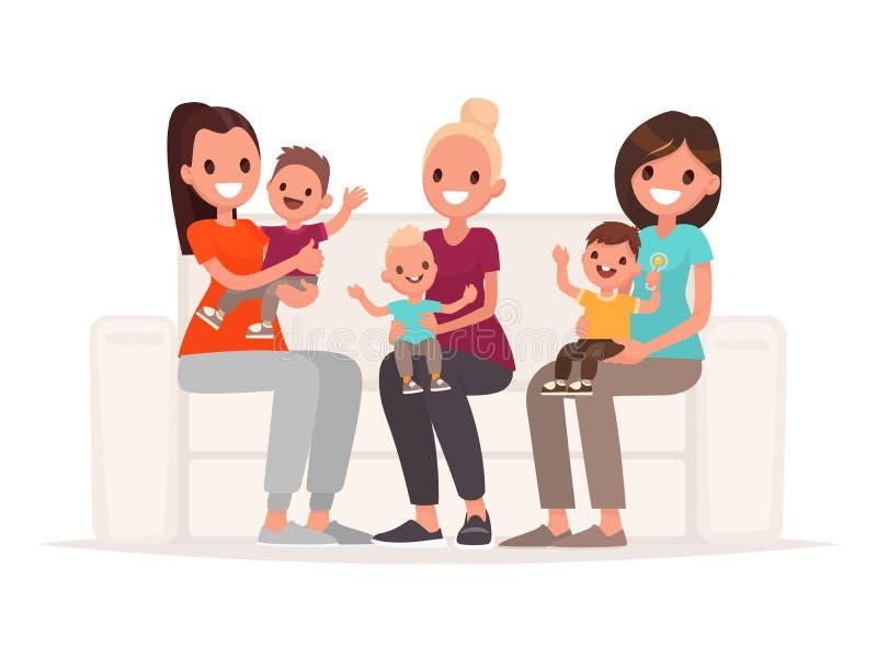 As mamãs estão guardando bebês em seus braços ao sentar-se no sofá Uma comunicação de mães novas ilustração royalty free