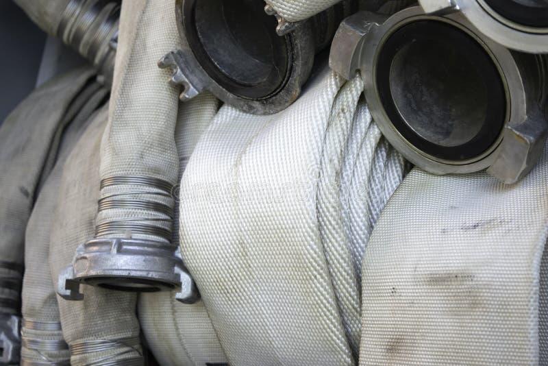 As mangueiras de fogo estão no compartimento do carro de bombeiros fotografia de stock