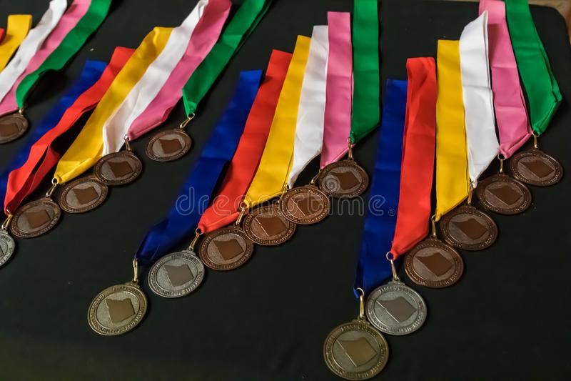 As medalhas que esperam a e concederam fotografia de stock