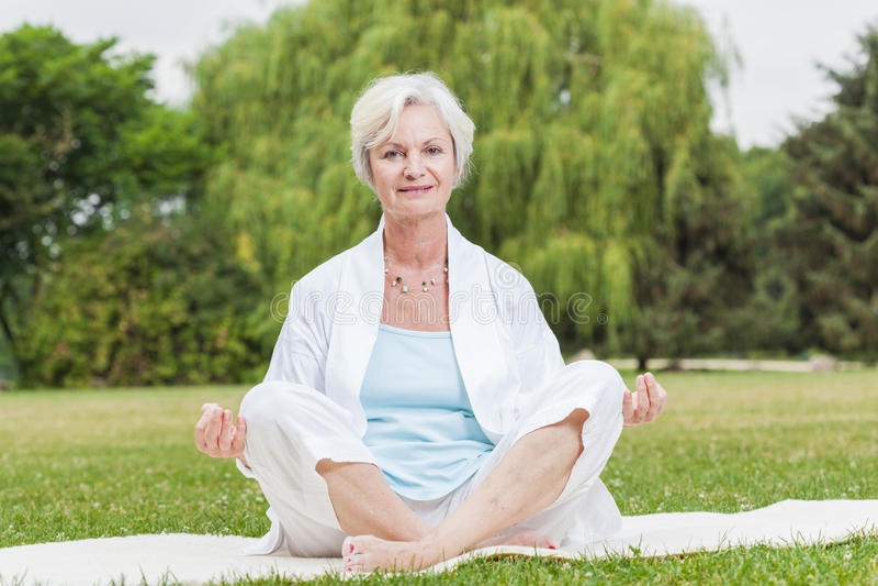 As melhores mulheres do ager que praticam o qui da formiga TAI da ioga imagem de stock