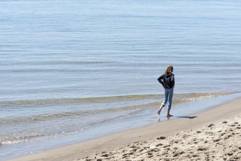 As meninas andam as costas da baía de Siletz fotografia de stock royalty free