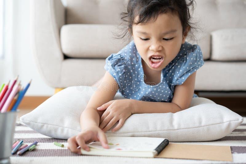 As meninas asiáticas estão irritadas em casa, conceitos da violência e edições de família imagens de stock