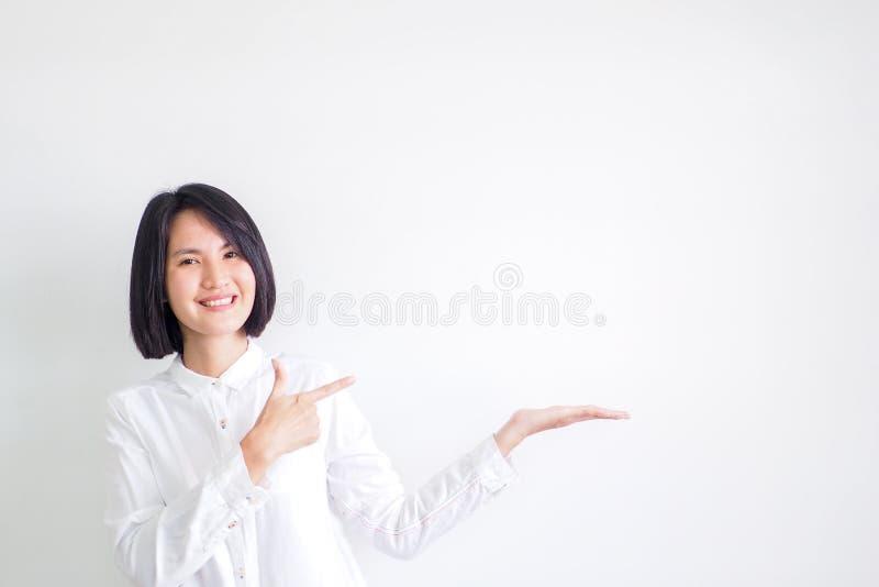 As meninas asiáticas que vestem as camisas brancas são recomendadas imagem de stock