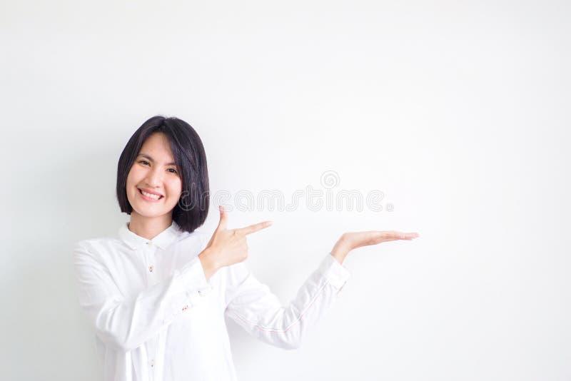 As meninas asiáticas que vestem as camisas brancas são recomendadas imagem de stock royalty free